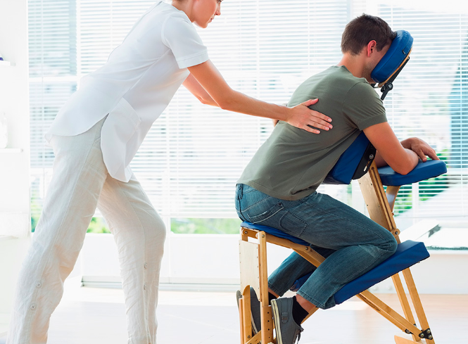 Massage du dos sur une chaise de massage